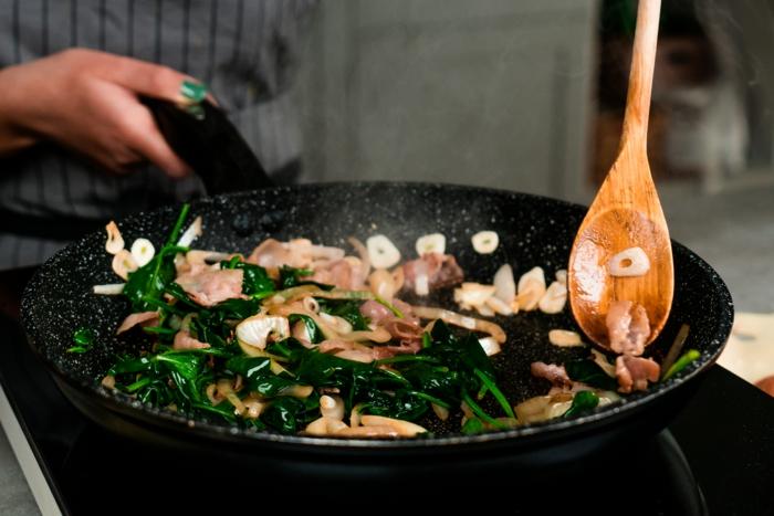 calentar ceboolla, ajo, tocino y espinacas en una sartén, recetas de comidas cetoenicas para bajar de peso, ideas de recetas caseras