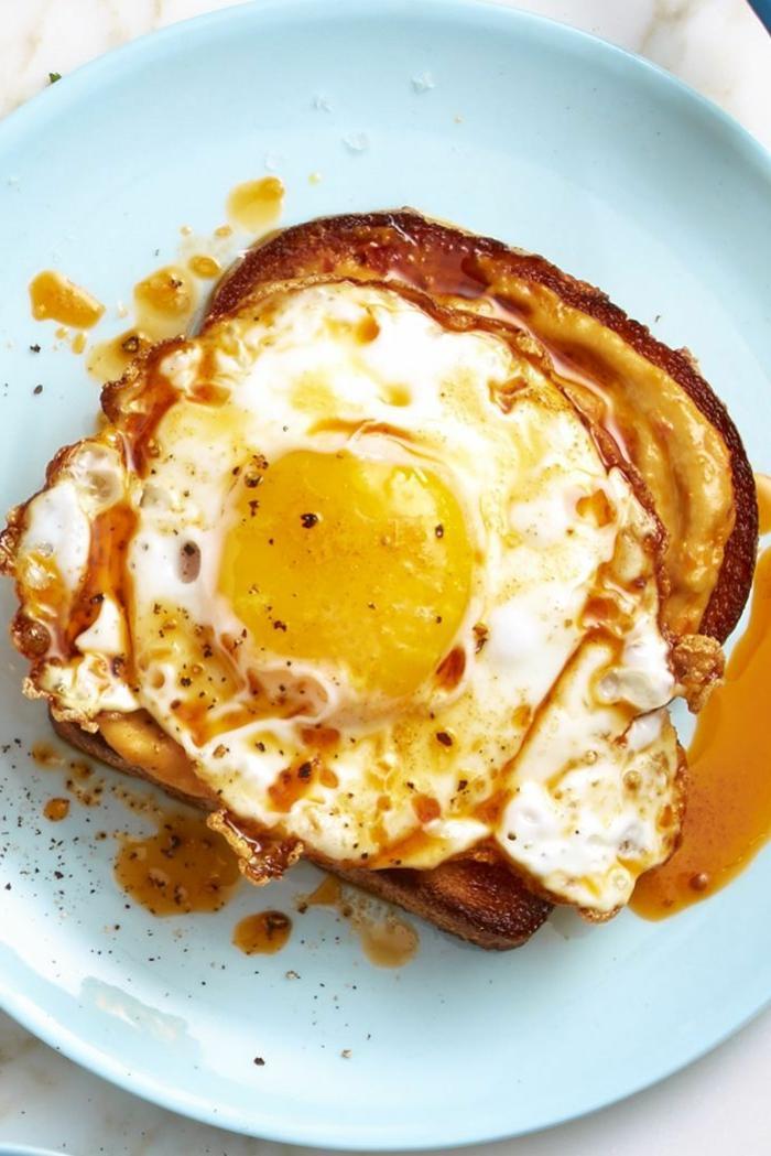 tostada con huevo estrellado y mantequilla de mani, las mejores ideas de desayunos san valentin para sorprender