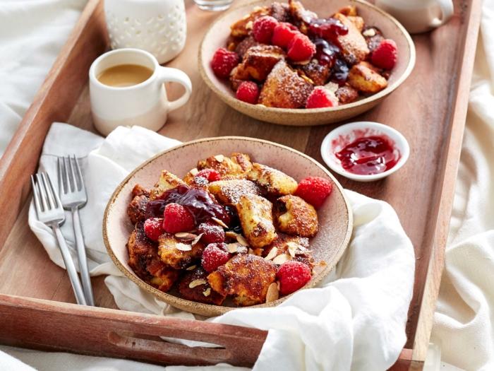trozos de tostadas francesas en un bol bon avellanas, frambuesas y mermelada, desayunos san valentin originales y fáciles de hacer