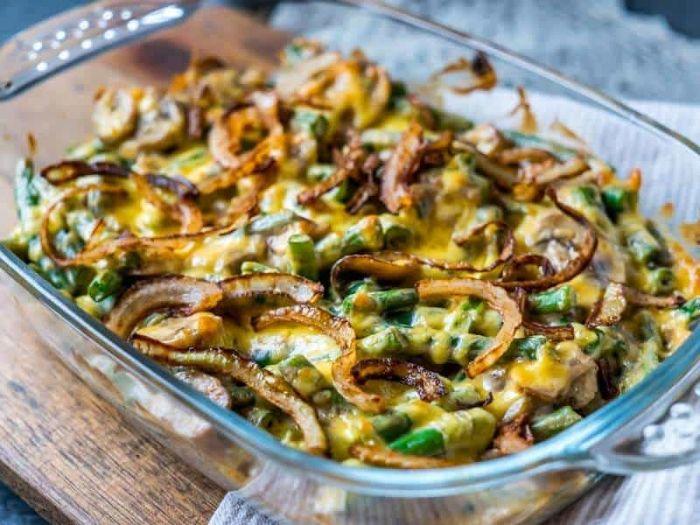caserola con vegetales, quesos y cebolla, ideas de platos con judías verdes, las mejores ideas de dieta cetogenica menu