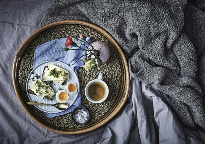 alucinantes ideas de desayunos ricos y sencillos, tostadas con queso y pesto, huevos cocidos y café negro, desayuno en la cama ideas