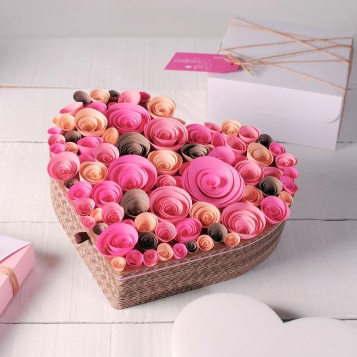 preciosa caja regalo adornada con rosas de papel, ideas de manualidades para decorar la casa, fotos de detalles romanticos