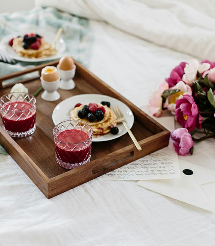 desayunos sencillos y fáciles de preparar en casa, crepes con moras y jugo de frutas, ideas originales de comida romántica