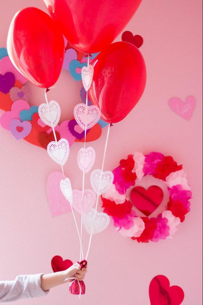 habitaciones decoradas romanticas para el Día de los enamorados, habitacion decorada con coronas coloridas y globos en forma de corazon