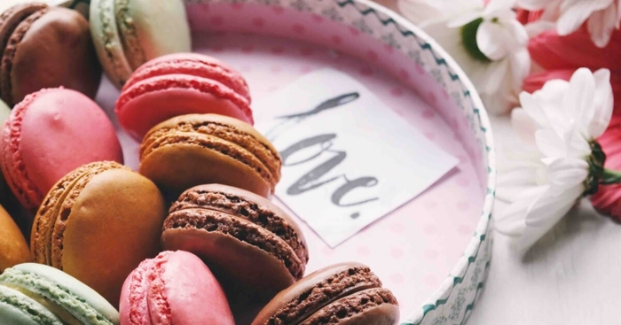 las mejores ideas de detalles románticos para regalar, regala a tu pareja sus pasteles y caramelos favoritos, fotos de regalos
