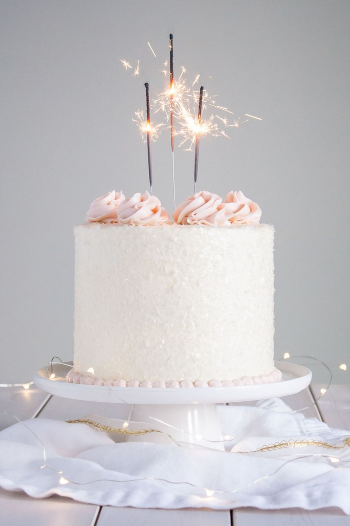 easy and pretty birthday cake, cake with white icing, icing sugar and pink sugar sighs, photos of cakes