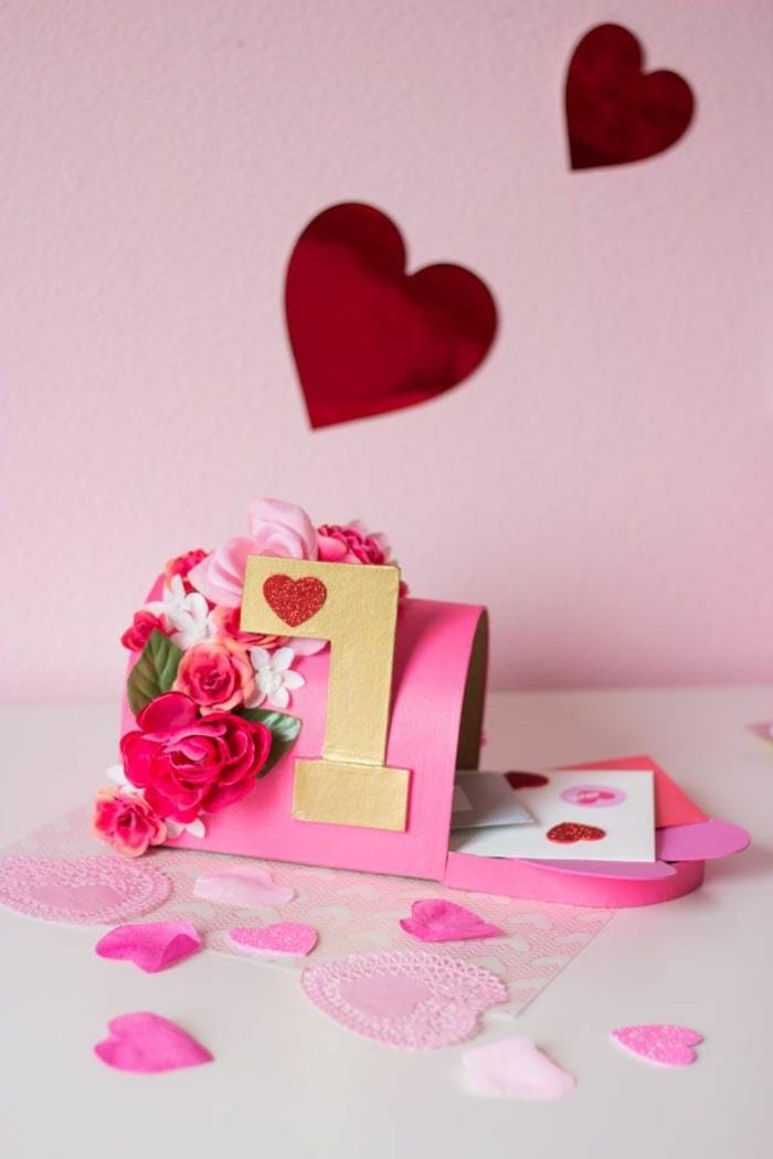 regalos san Valentín DIY en hermosas imagenes, caja de letras de amor de cartulina decorada con flores falsas, decoracion en la pared