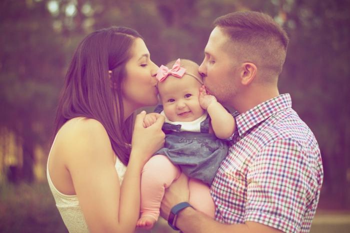 familia con un pequeño bebé, imagenes de san valentin que demuestran el sentido del amor, fotografías románticas