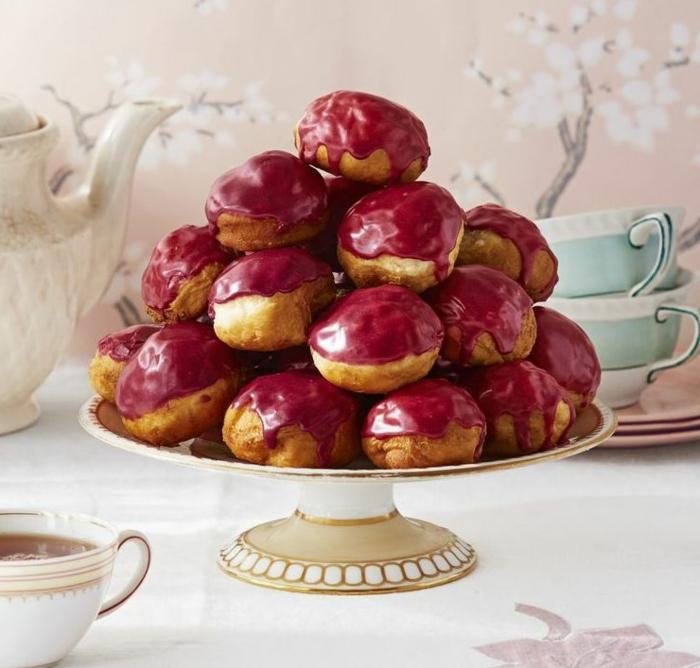pasteles con crema de vainilla y glaseado rojo, ideas de comida romántica en imágenes con recetas paso a paso