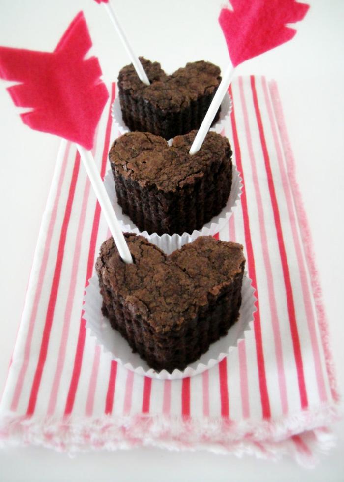 pasteles en forma de corazón con chocolate, regalos originales para novios caseros, ideas de regalos personalizados