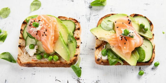 tostadas con crema de queso, guisantes, aguacates y salmón ahumado, fotos de recetas para un desayuno tardío