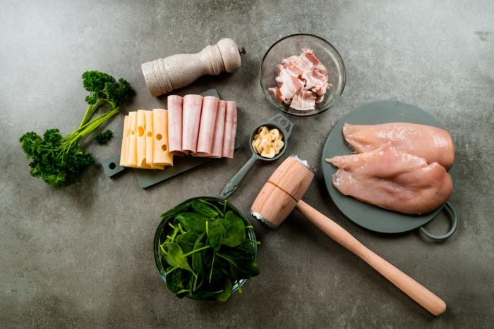 ingredientes para preparar pollo cordon bleu, lonchas de jamon y queso emental, pechugas de pollo, tocino y espinacas
