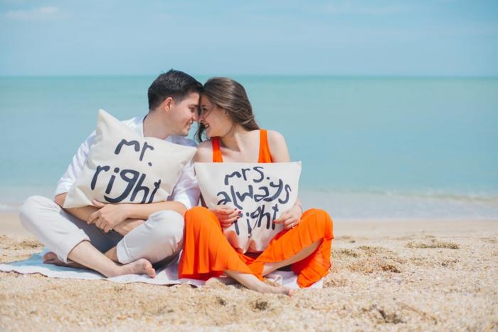pareja enamorada en la playa, novios con almohadas decorativas divertidas, las mejores ideas de imagenes bonitas sin frases
