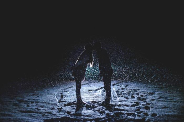 pareja enamorada besándose en una noche de invierno, imagenes bonitas sin frases, imagenes inspriadoras de parejas