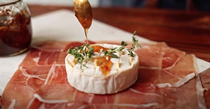 aperitivos y entrantes rapidos y faciles recetas keto ques brie miel verduras jamon