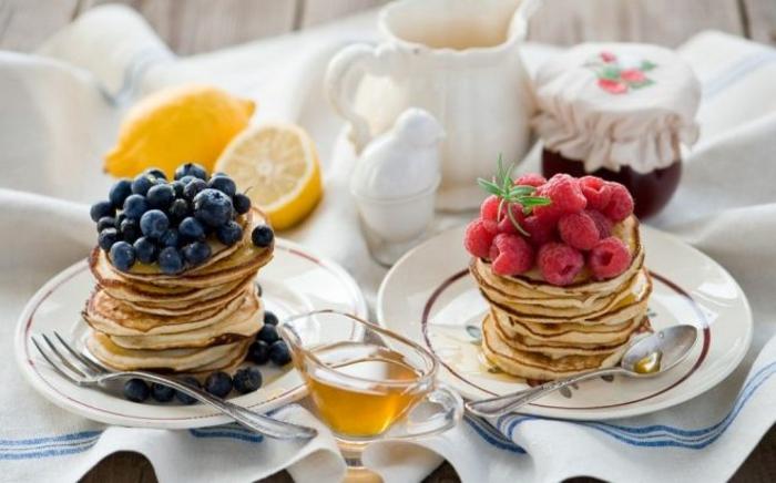 tortitas de crepes con arándanos y frambuesas frescas, desayunos san valentin super ricos, ideas de desayuno regalo