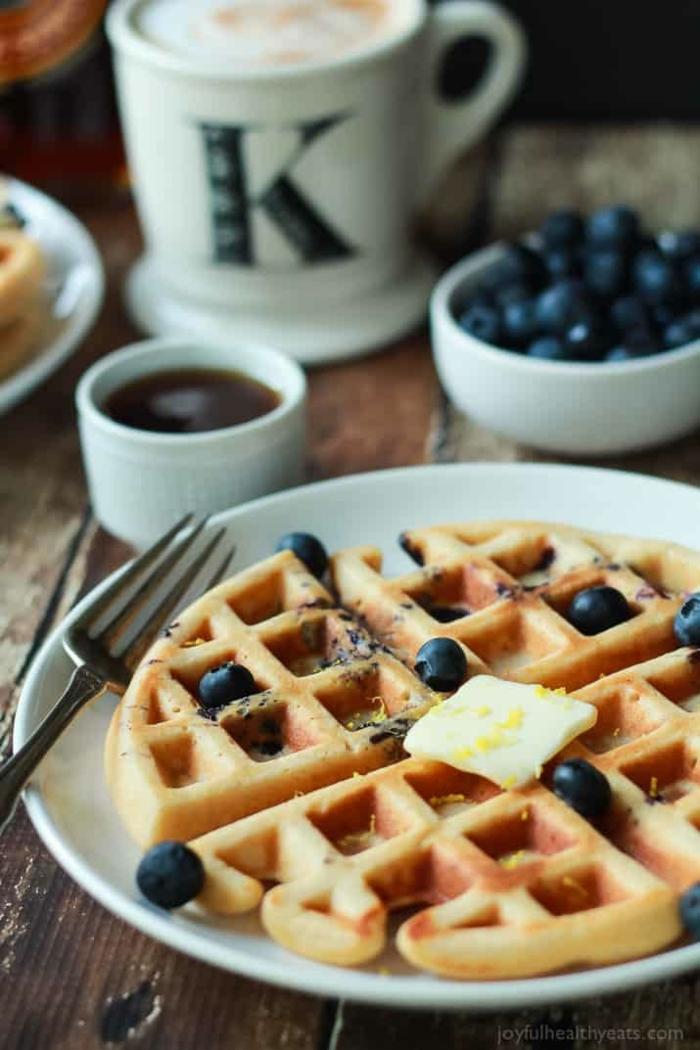 gofres saludables con limón y arándanos, desayunos san valentin dietéticos y originales, fotos con ideas san valentin