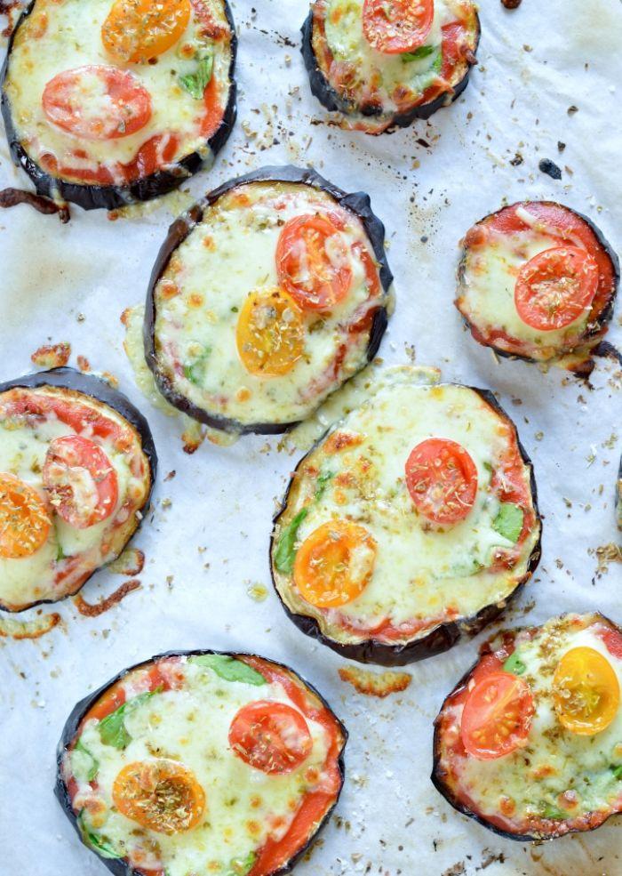 bocados con quesos y mini tomates, berenjenas con queso hundido y tomates cherry, ricas ideas para menú cetogenico