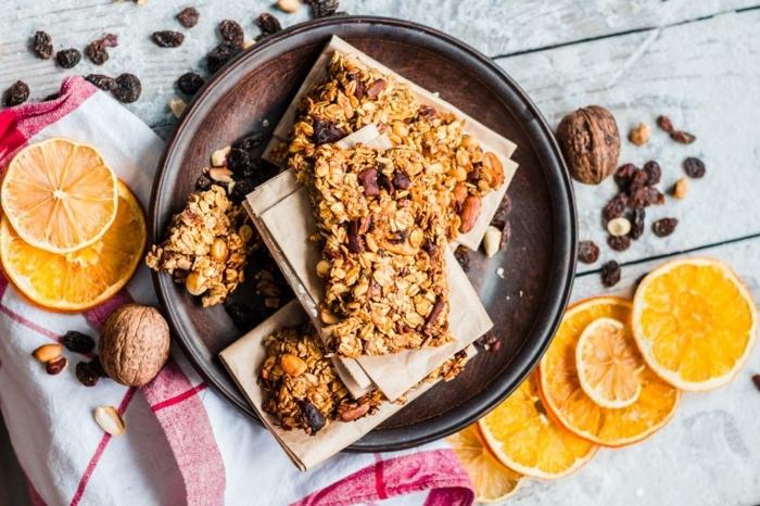 meriendas saludables para una dieta equilibrada, bloques de avena con nueces y frutas, las mejores recetas para perder peso
