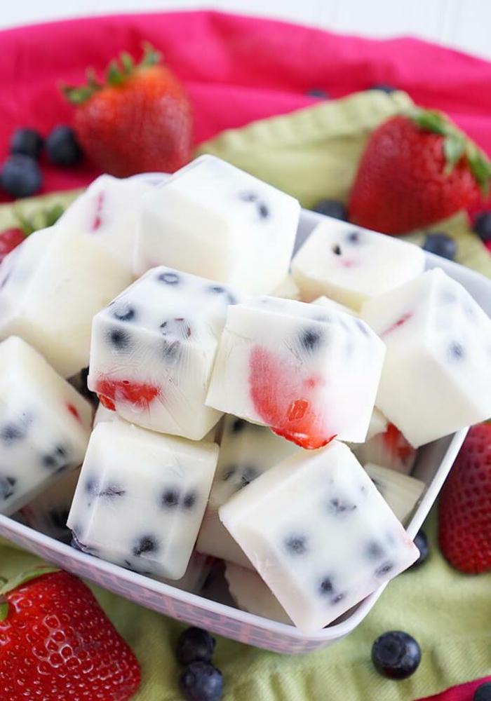 bloques de aceite de coco con arándanos y fresas, ejemplos de meriendas ricas y originales para una dieta equilibrada