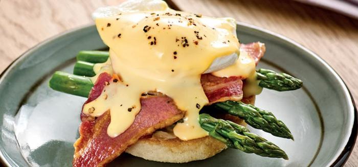 bocadillo con rosquilla, espárragos y carne de ternera con salsa de mayonesa casera, desayunos san valentin originales