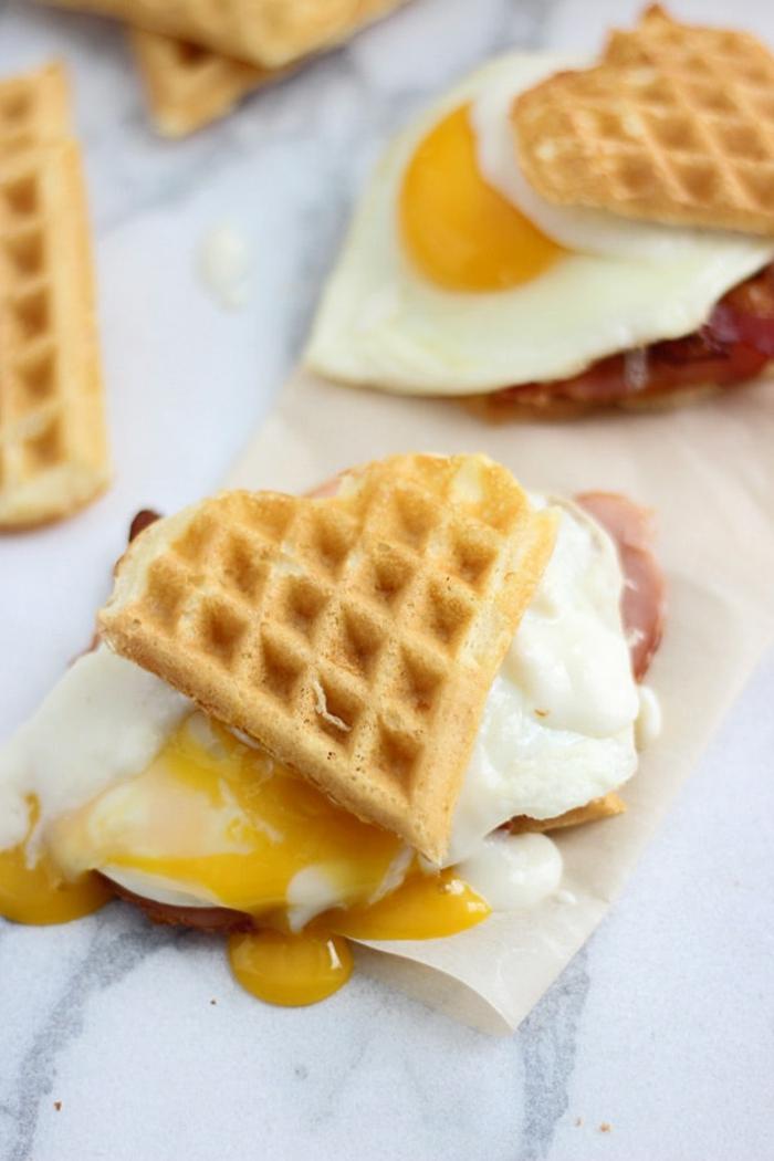 ideas sobre como preparar un desayuno romantico en la cama, bocadillo de gofres salados con jamón y huevo estrellado