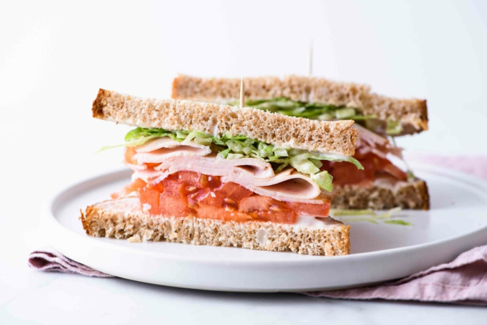bocadillo nutritivo par un desayuno tardío, bocadillo con crema de queso y jamón, deas de recetas para adelgazar