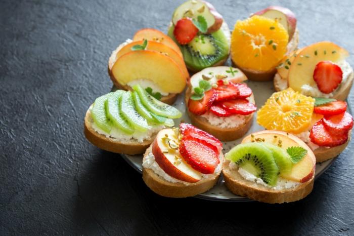 recetas para adelgazar originales, ideas para una merienda rica y saludable, bocadillo con crema de queso y frutas
