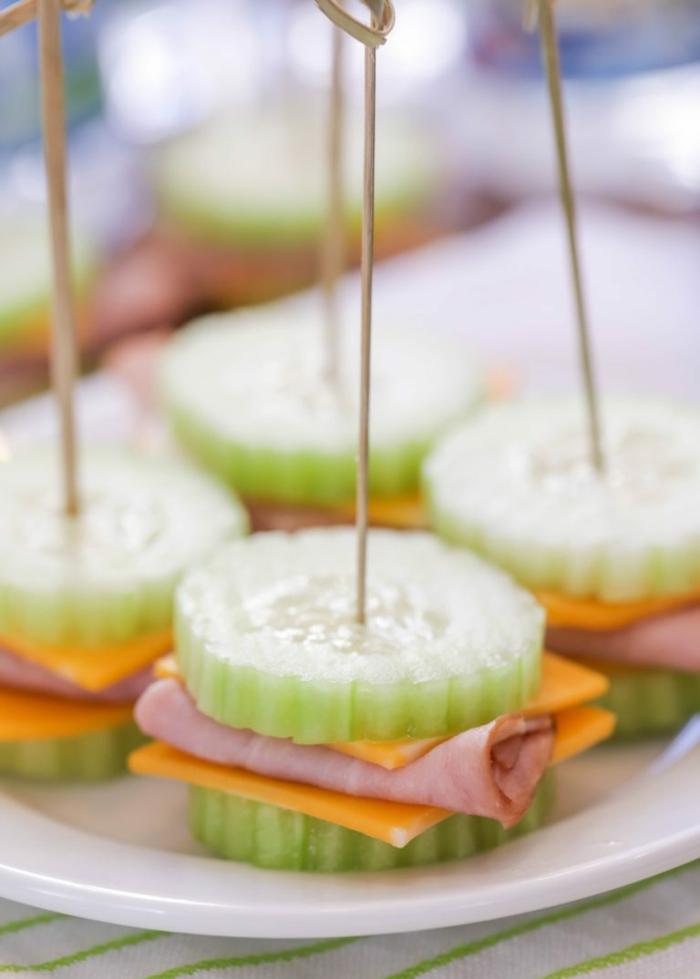 bocados super ricos para merendar, ideas de aperitivos ricos y fáciles de hacer en casa, pinchos con jamon, queso y pepinos