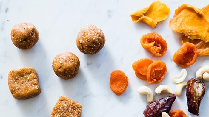 bolas energeticas para jacer en casa, comidas ricas y originales, bolas energeticas para un dia en el trabajo, recetas saludables