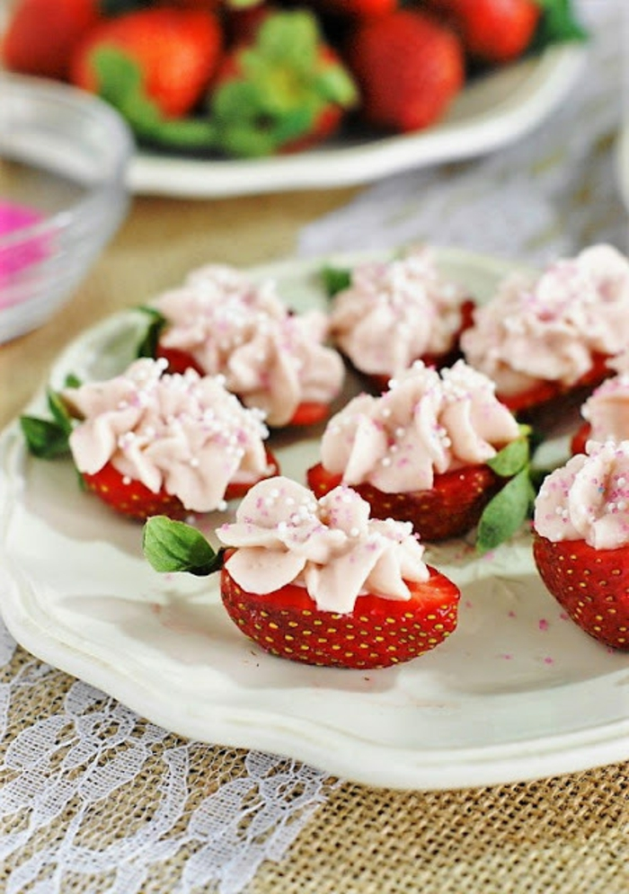 simpaticas ideas de aperitivos dulces y saludables, bocados de frambuesa con crema de mascarpone, ideas de comidas sanas