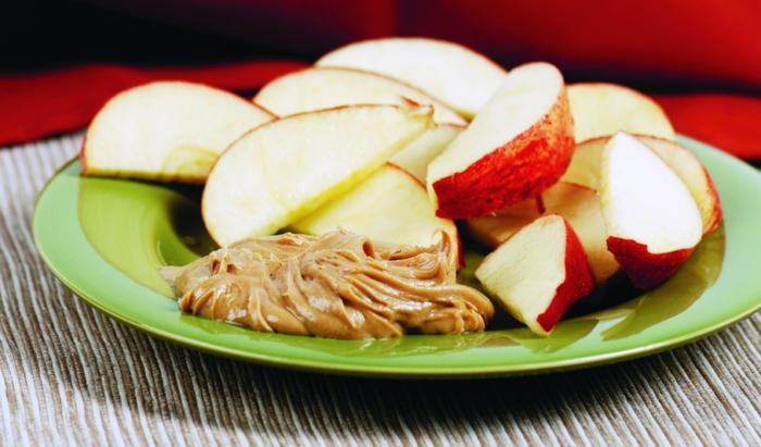 trozos de manzana con mantequilla de mani casera, ideas de recetas saludables en bonitas imagenes, fotos de comidas