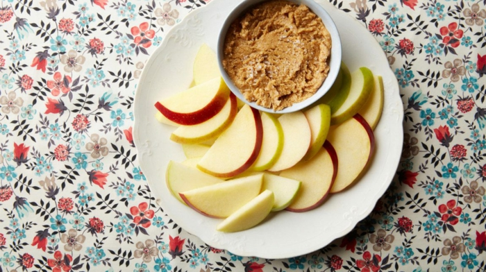 bocados de manzana con manteca de cacahuete, meriendas ricas y saludables, fotos de comidas sanas para preparar en casa