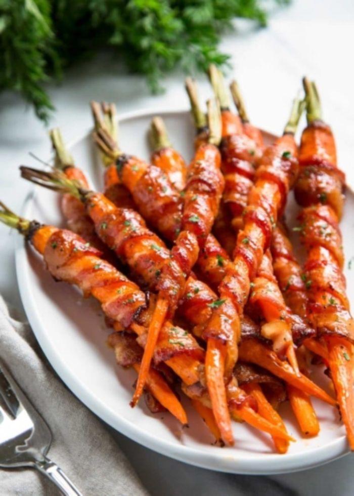 zanahorias envueltas con tocino caramelizado, bocados ricos y fáciles de preparar en casa, fotos de comidas saludables