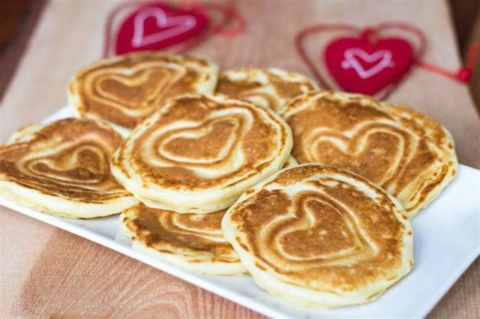 tortitas americanas decoradas, ideas super sencillas para sorprender a tu pareja, desayuno romantico en la cama