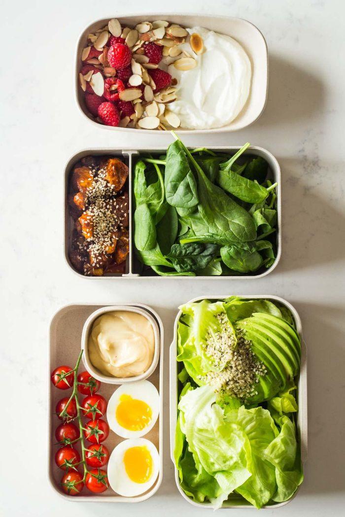 ideas para una ensalada y merienda cetogenica, dieta cetogenica menu, yogur griego con frambuesas y almendras