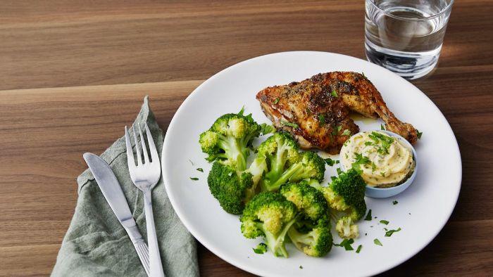 pollo al horno crujiente con especias y brócoli hervido, dieta cetogenica menu platos para preparar en casa, fotos de comidas