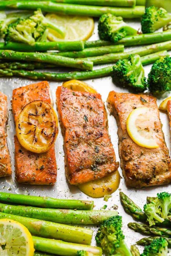 ideas de recetas con salmón, salmón al horno con especias, brócoli, espárragos y limón, ideas de recetas para hacer en casa