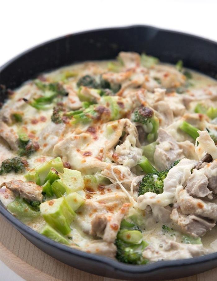 caserola con brócoli, pollo y quesos hundidos, dieta cetogenica menu, fotos de platos cetogenicos para bajar de peso