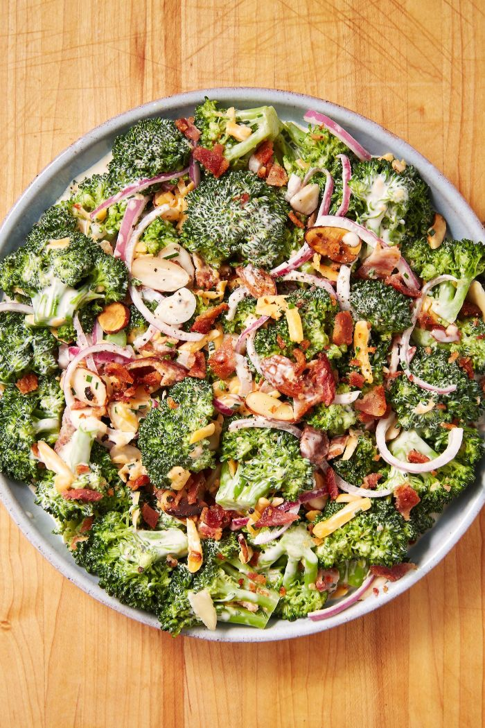 platos dieta cetogenica alimentos sin carne, cacerola con brócoli, cebolla roja y nueces, ensaladas y platos ricos y fáciles de hacer