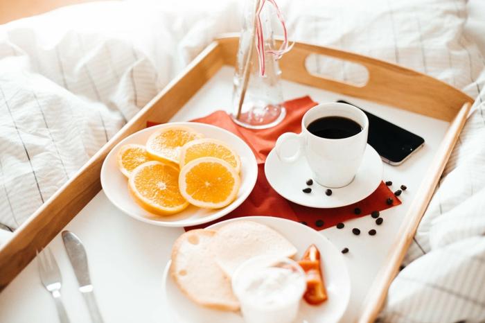 naranja fresca, desayuno con jamón y café negro, ideas sobre desayunos saludables e ideas para sorprender a tu pareja