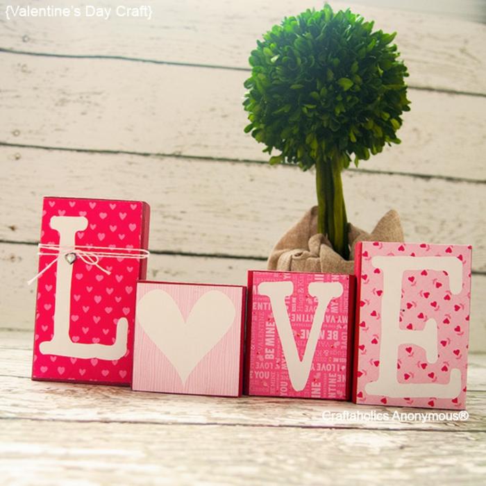 habitaciones decoradas romanticas para sorprender a tu pareja, cajas de regalos con las letras de la palabra amor