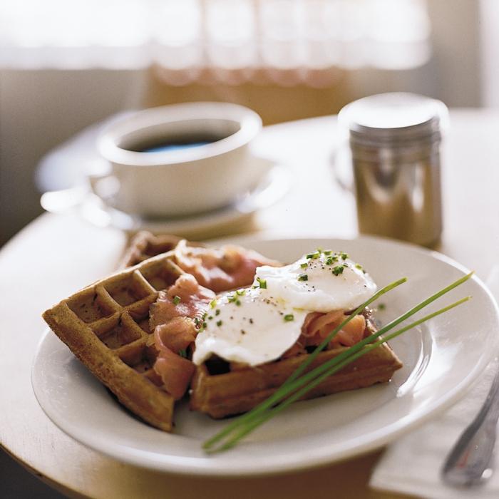 gofres salados con salmón y huevos estrellados, originales ideas de recetas de desayunos especiales en imagenes