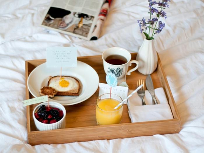 tablero con desayuno romántico, tostada con huevo, frutas frescas, zumo de limón y té verde, fotos con ideas de desayunos