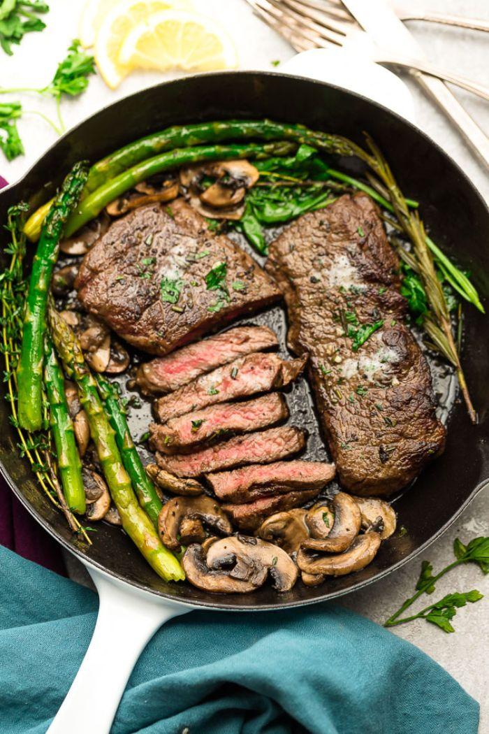 carne de ternera en una sartén con espárragos, carne con cahmpiñones con espárrago, comidas cetogenicas originales