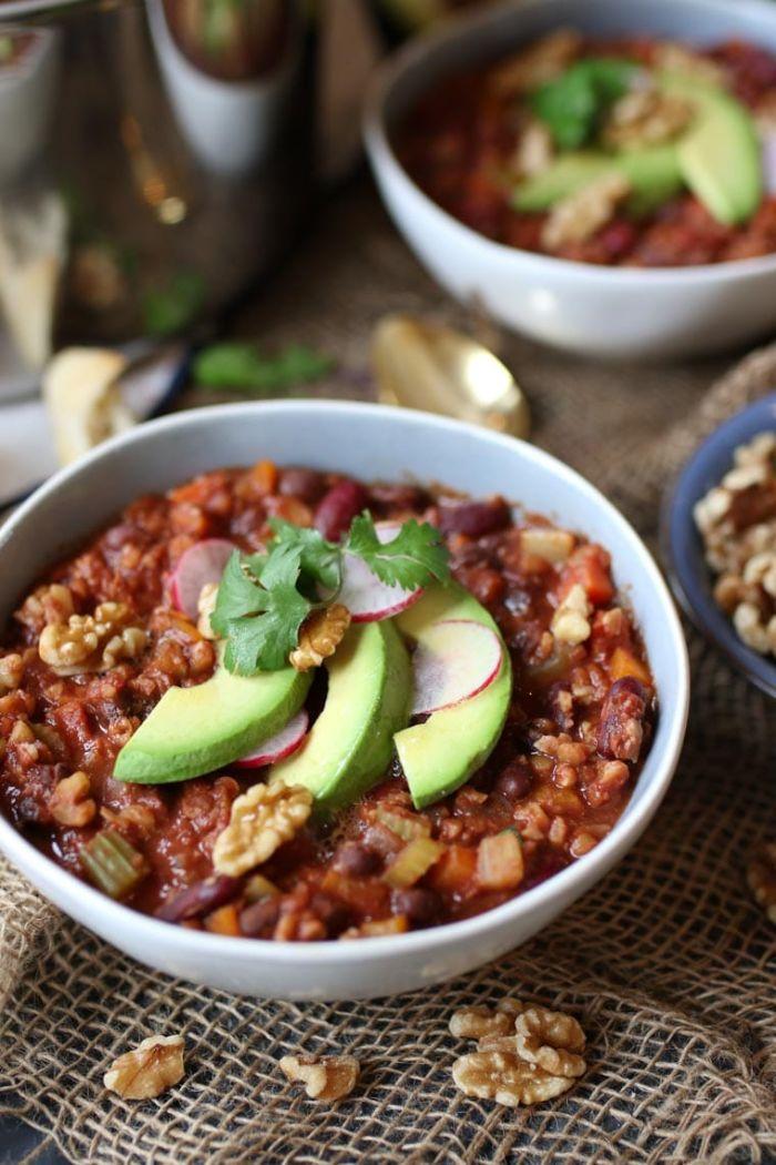 comidas sin carne fáciles y rápidas, fotos con comidas cetogenicas ricas, plato con aguacate y nueces, recetas de comidas