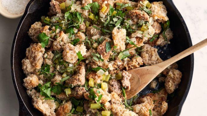 ideas para un dieta cetogenica menu semanal, plato original con trozos ed pan tostado y verduras, platos ricos y fáciles de preparar