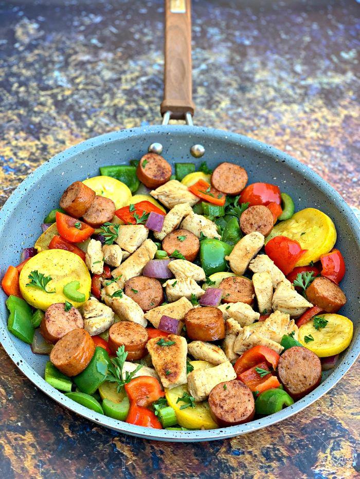 trozos de pollo con vegetales y salchichas, platos ricos en protéinas, fotos de comidas con vegetales, dieta cetogenica menu semanal