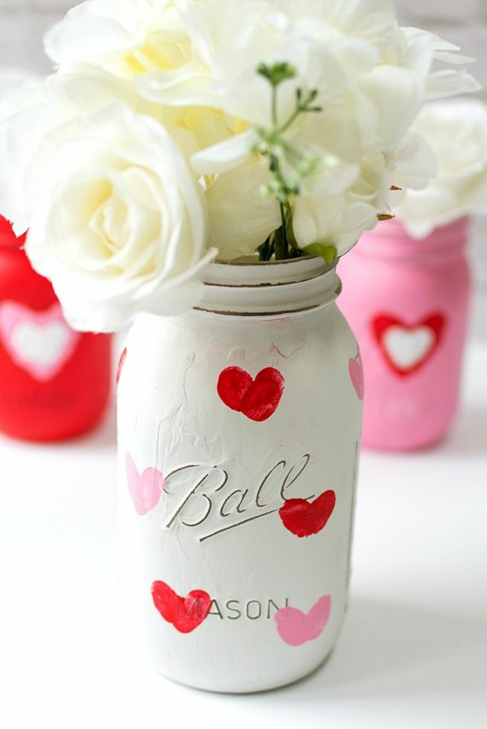habitaciones decoradas romanticas y pequeños detalles para dar una toque romantico a tu habitacion, frasco decorado para San Valentín