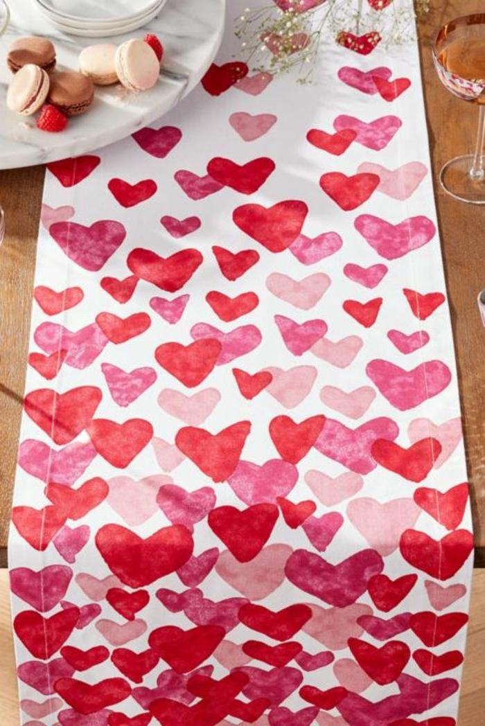cenas románticas e ideas de habitaciones decoradas romanticas, cubierta con estampado de corazones rojo, rosado